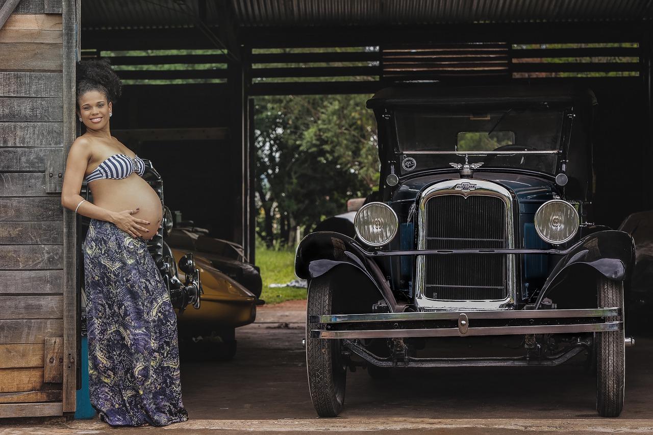 Femme enceinte à côté d'une voiture